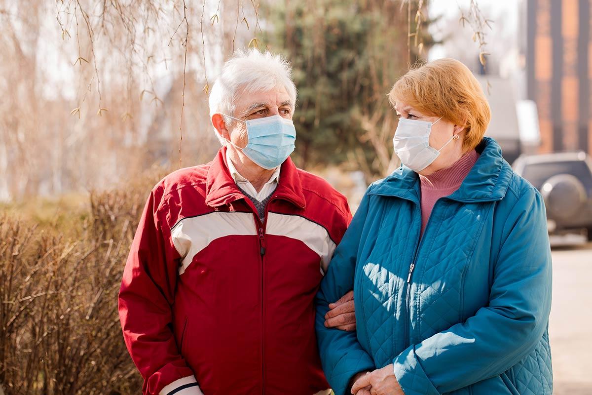 Пожилые люди в масках от короновируса