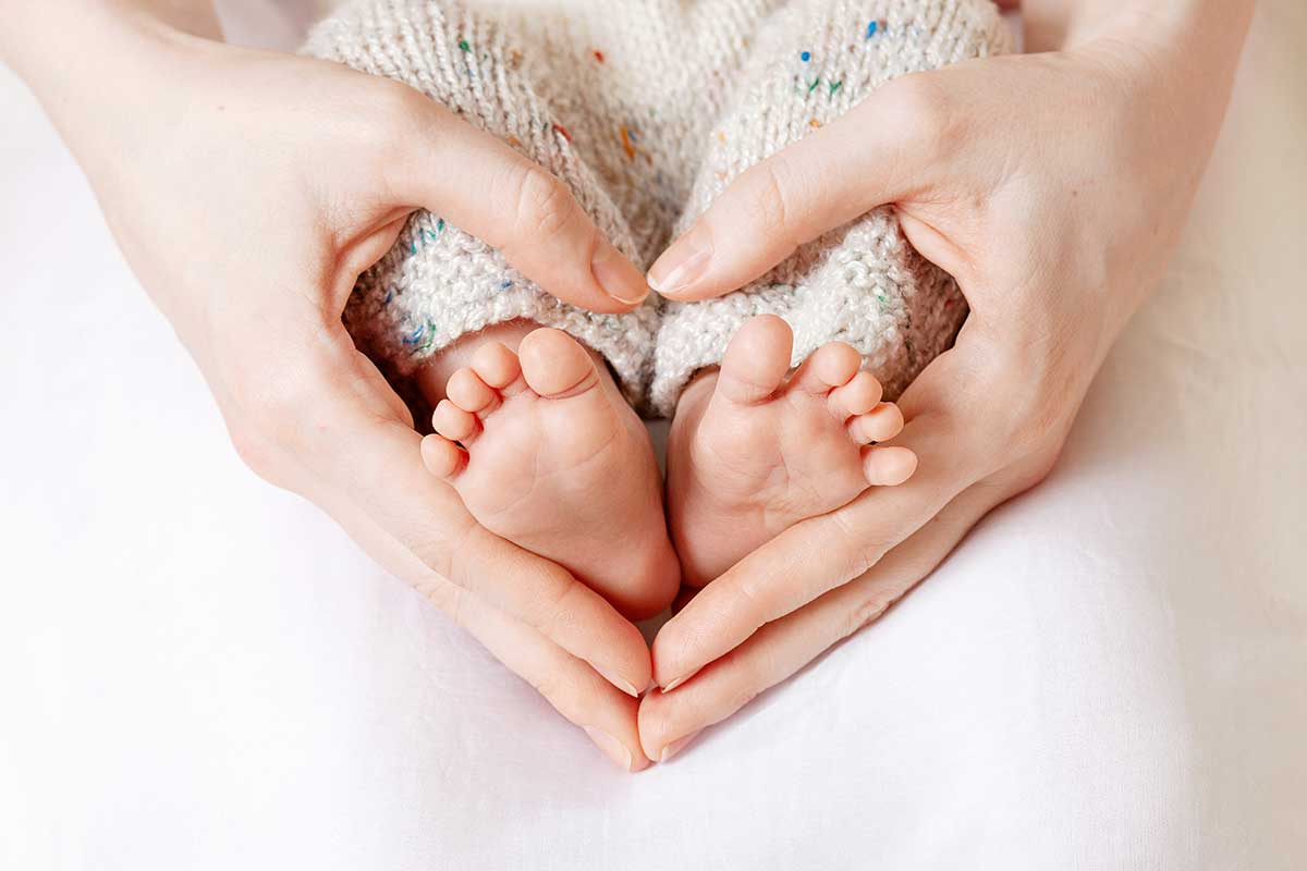 Мама любит и заботится о здоровье новорожденного